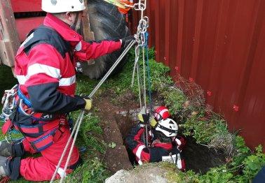 Un puits de 45 mètres exploré à Ecuires
